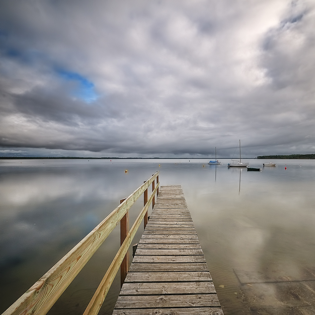aquitaine, boat, calm water, capture nx2, d300, drama sky, france, gironde, hoya, jetée, lac lacanau, lake, landscape, long exposure, manfrotto, nd 400, nd filter, nef, nikon, paysage, perspective, photoshop, pier, pose longue, ps, raw, square format