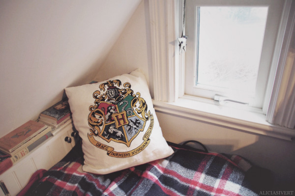 alicia sivertsson, aliciasivert, bed, blanket, cozy, craft, crafty, crest, cross stitch, cross-stitch, embroidery, fantasy, handcraft, handicraft, harry, harry potter, hermione granger, hogwarts, hp, little mojo, needlework, pattern by little mojo