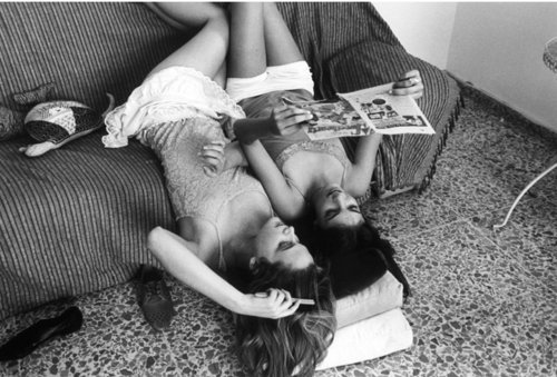 b&w, beautiful, best friends, black&white, cozy, friends, girls, magazine, morning, photography, reading, room, sofa, vintage
