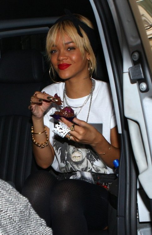 blonde, cupcake, cute, girl, nails, rihanna, sexy, smile
