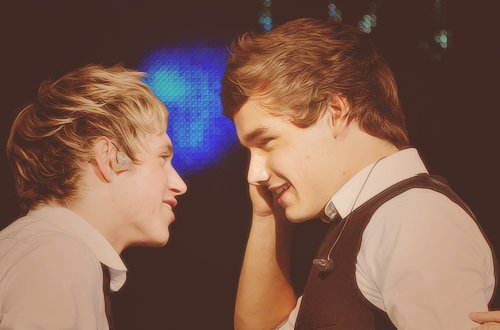 1D Niall and Liam Kissing