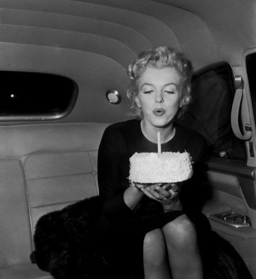 marilyn-monroe-birthday-black-and-white-cake-Favim.com-670370.jpg